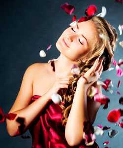 Kovrčava romantika: seksi valoviti frizure za boudoir
