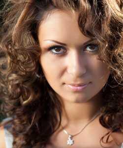 5 geriausi plaukų aliejai garbanotiems plaukams