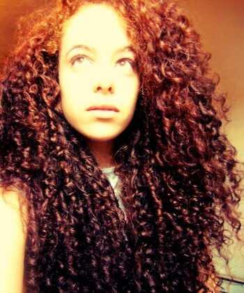Kręcone włosy Anny