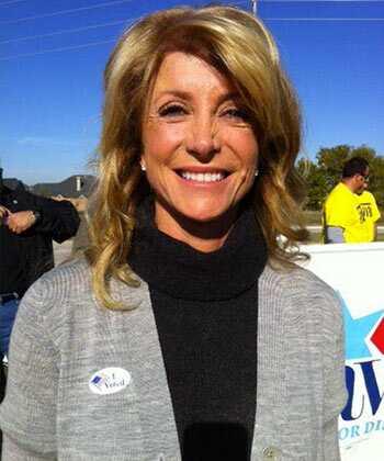 Dlaczego Wendy Davis (i kobiety w polityce) nie noszą swoich kręconych włosów