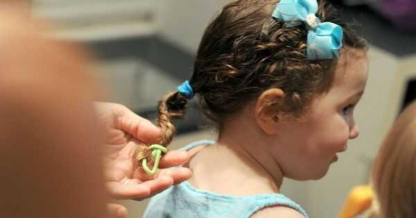 Tata uče kako da rade kosu, male devojke se raduju