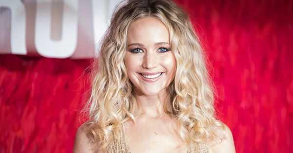 Ang natural na kulot na buhok ni Jennifer Lawrence ay nahuhulog bilang kulot na kulubot