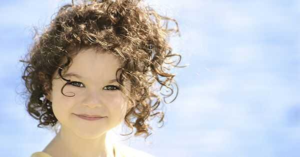 Hogyan tanítsuk gyermeke figyelmét a göndör hajukra?