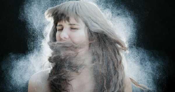 Ar jūsų banguoti plaukai turi pakelti? Naudokite sausą šampūną