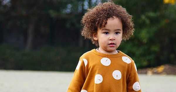 Kūdikiai su garbanotais plaukais