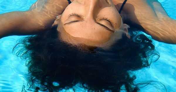 Kako rešiti vaše lase po plavanju