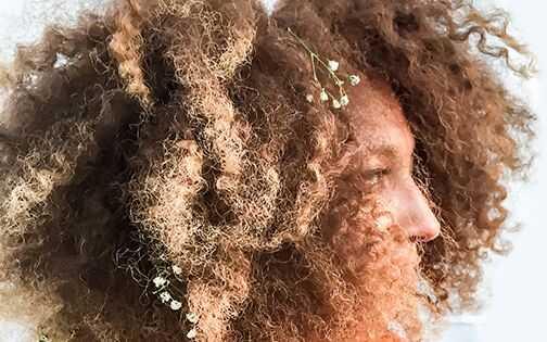 Kako dobiti ovu nevjerojatnu boju kose - i zadržati svoje pahuljasto, zdrave kovrče