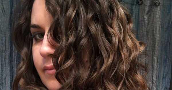 Kā es izvairītos no slapja gelled leju izskatās uz manu viļņainu cirtaini mati