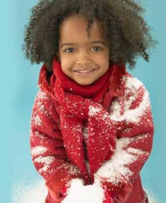 Kūdikis yra šaltas lauke: žiemos rutina garbanotiems vaikams