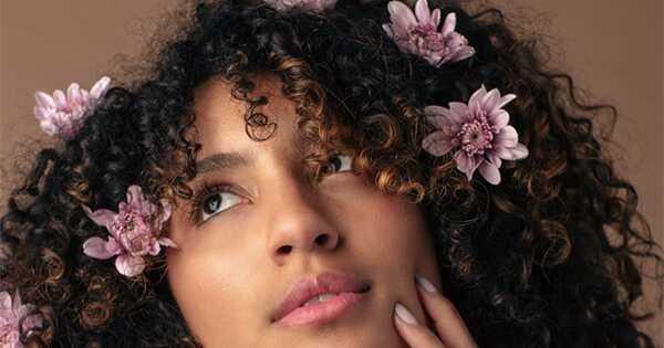 Kristal dijeli njenu proleću kovrdžavu kosu rutinu