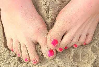 Krøllete jente strandpose må ha