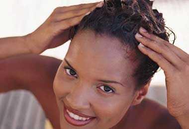 Кадрава коса прашања: Барање на влага без лепливост